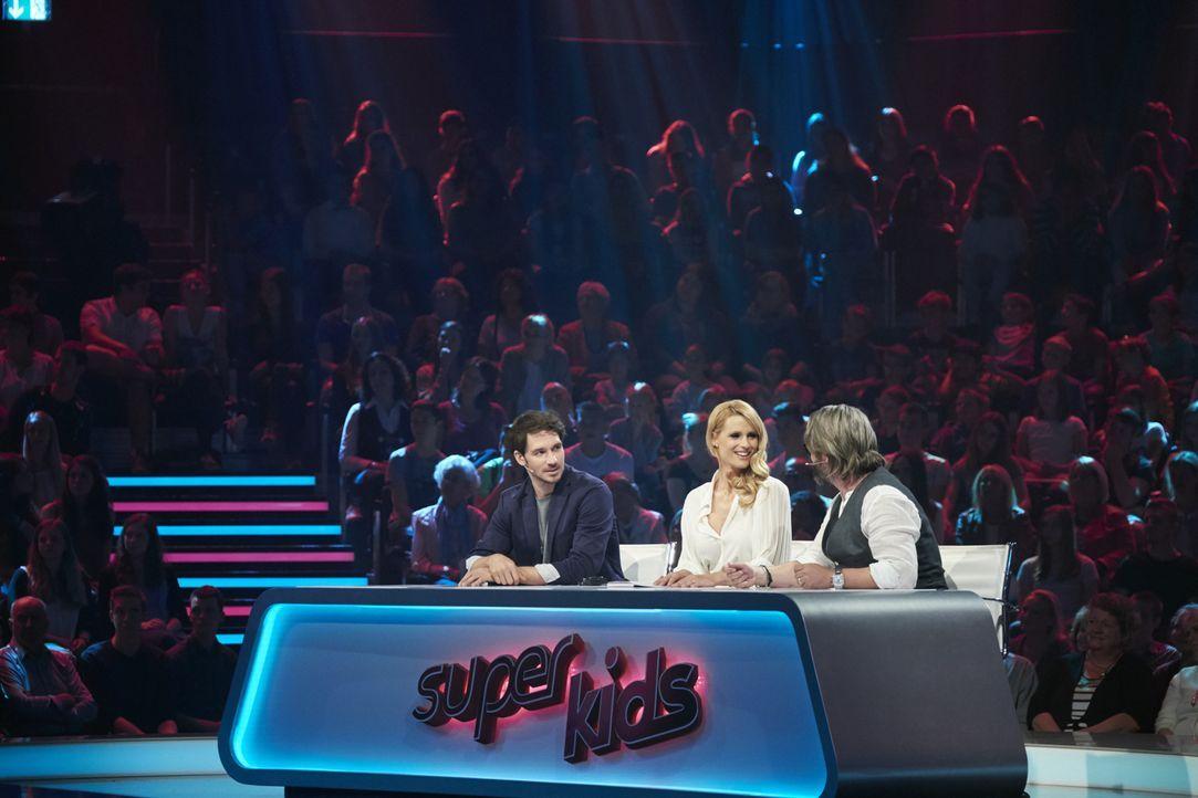 """Michelle Hunziker (M.) sucht mit Felix Neureuther (r.) und Henning Wehland (l.) die """"Superkids - Die größten kleinen Talente der Welt"""" 2016 ... - Bildquelle: Stefan Hobmaier SAT.1"""