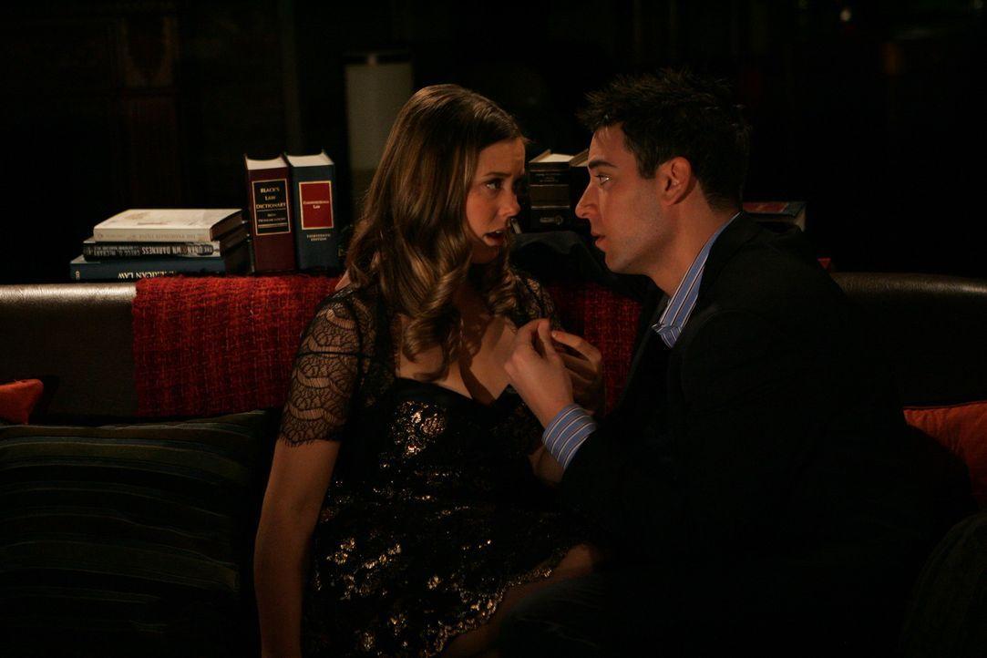 Ted (Josh Radnor, r.) und Victoria (Ashley Williams, l.) sind bereits seit drei Wochen zusammen. Sie nutzen die Gunst der Stunde, als sie scheinbar... - Bildquelle: 20th Century Fox International Television
