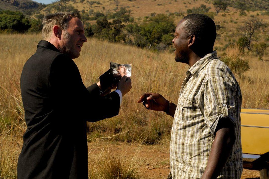 Auf der Suche nach Lisa gerät Max (Dirk Martens, l.) immer tiefer in den afrikanischen Busch - und bekommt dann dort auch das, was er verdient hat .... - Bildquelle: David Gur SAT.1