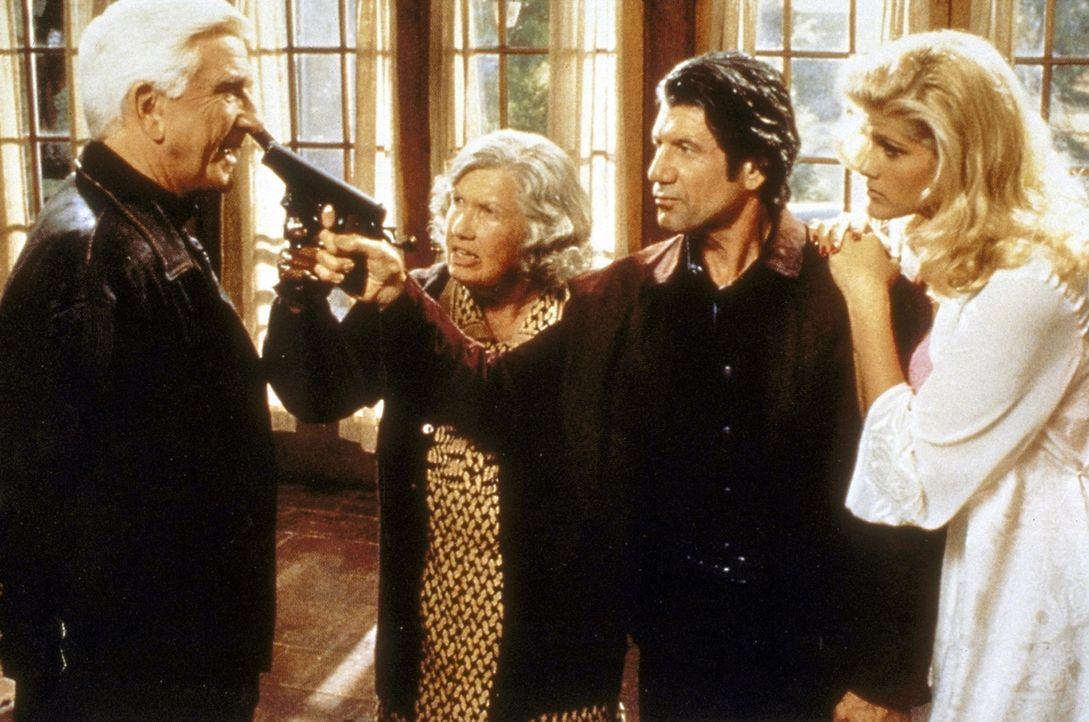 Zwischen Frank (Leslie Nielsen, l.), Muriel (Kathleen Freeman, 2.v.l.), Rocco (Fred Ward, 2.v.r.) und Tanya (Anna Nicole Smith, r.) kommt es zu eine... - Bildquelle: Paramount Pictures