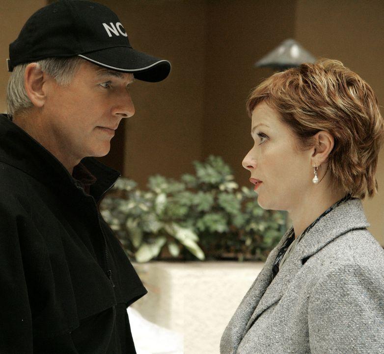 Gibbs (Mark Harmon, l.) und Jenny Shepard (Lauren Holly, r.) unterhalten sich über den möglichen Tatvorgang ... - Bildquelle: CBS Television