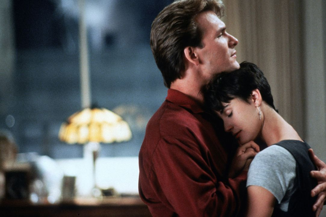 Ein letztes Mal können sich Molly (Demi Moore, r.) und Sam (Patrick Swayze, l.) ihre Liebe gestehen, bevor er für immer gehen muss ... - Bildquelle: Paramount Pictures