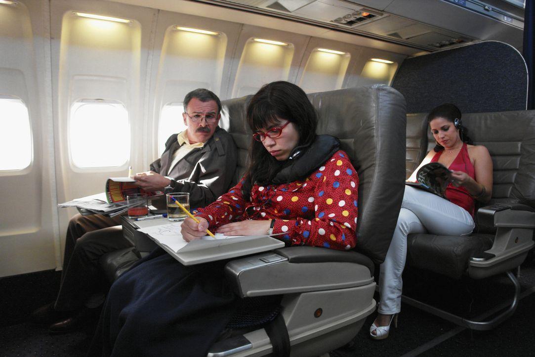 Betty (America Ferrera, l.) und ihre Familie (Ana Ortiz, r.) fliegen nach Guadalajara, um Ingacios (Tony Plana, M.) Probleme mit der Einwanderungsbe... - Bildquelle: Buena Vista International Television