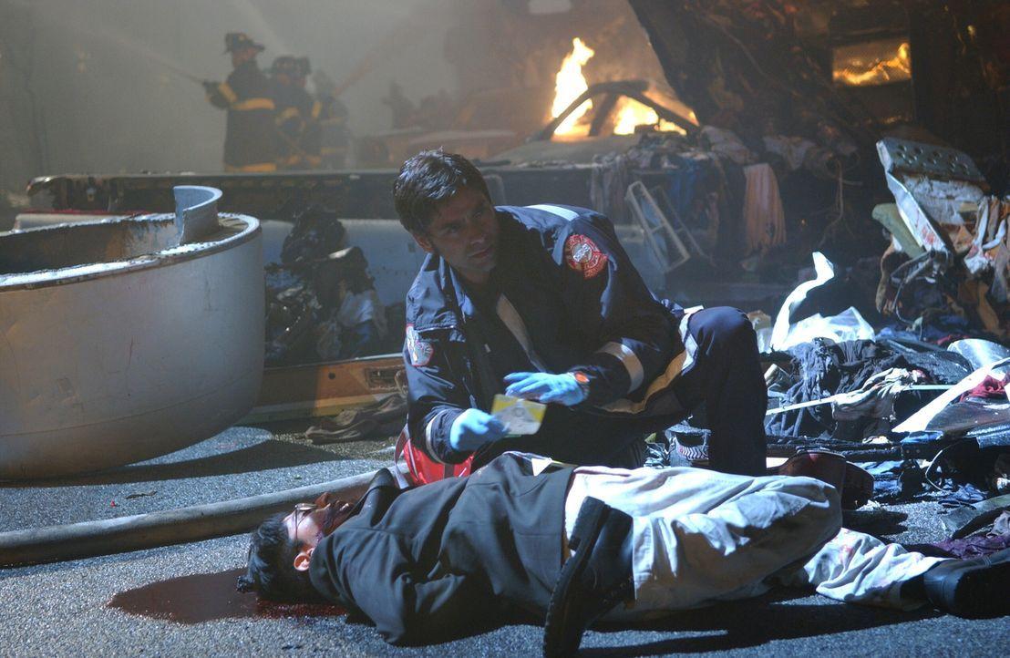 Neela hat unter Einsatz ihres Lebens ein Kind aus einem brennenden Haus gerettet und obwohl sie selbst kaum atmen kann, verarztet sie anschließend G... - Bildquelle: Warner Bros. Television