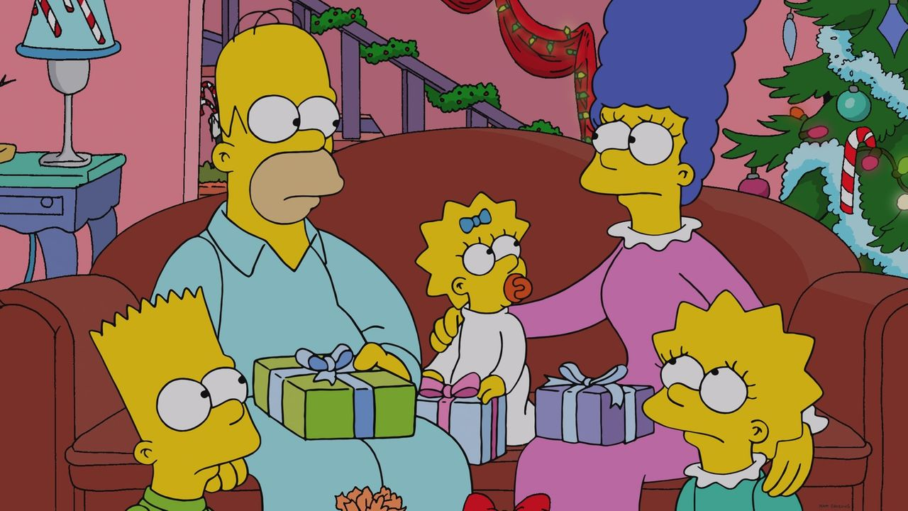 Kann es endlich ein ganz normales Weihnachtsfest werden? Homer (2.v.l.), Bart (l.), Marge (2.v.r.), Lisa (r.) und Maggie (M.) unter dem Weihnachtsba... - Bildquelle: 2013 Twentieth Century Fox Film Corporation. All rights reserved.