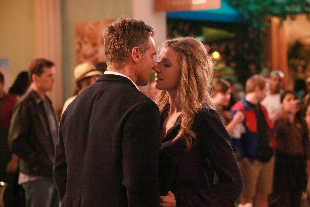 Kommt es doch endlich zum ersten Kuss zwischen Bobby (Brian Van Holt, l.) und Angie (Sarah Chalke, r.)? - Bildquelle: 2011 American Broadcasting Companies, Inc. All rights reserved.