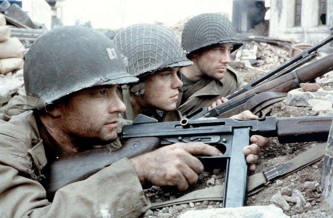 Captain Millers (Tom Hanks, l.) und Sergeant Horvaths (Tom Sizemore, r.) Auftrag ist es, den Soldaten James Ryan (Matt Damon, M.) nicht nur mitten i... - Bildquelle: United International Pictures