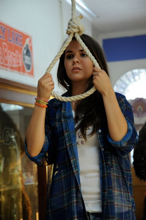 Ihr Leben ist auch schon einen Mörder, der es auf sie abgesehen hat, schon schwer genug: Riley (Shanley Caswell) ist bei Lehrern und Schülern gleich... - Bildquelle: 2011 Detention Films, LLC. All Rights Reserved.