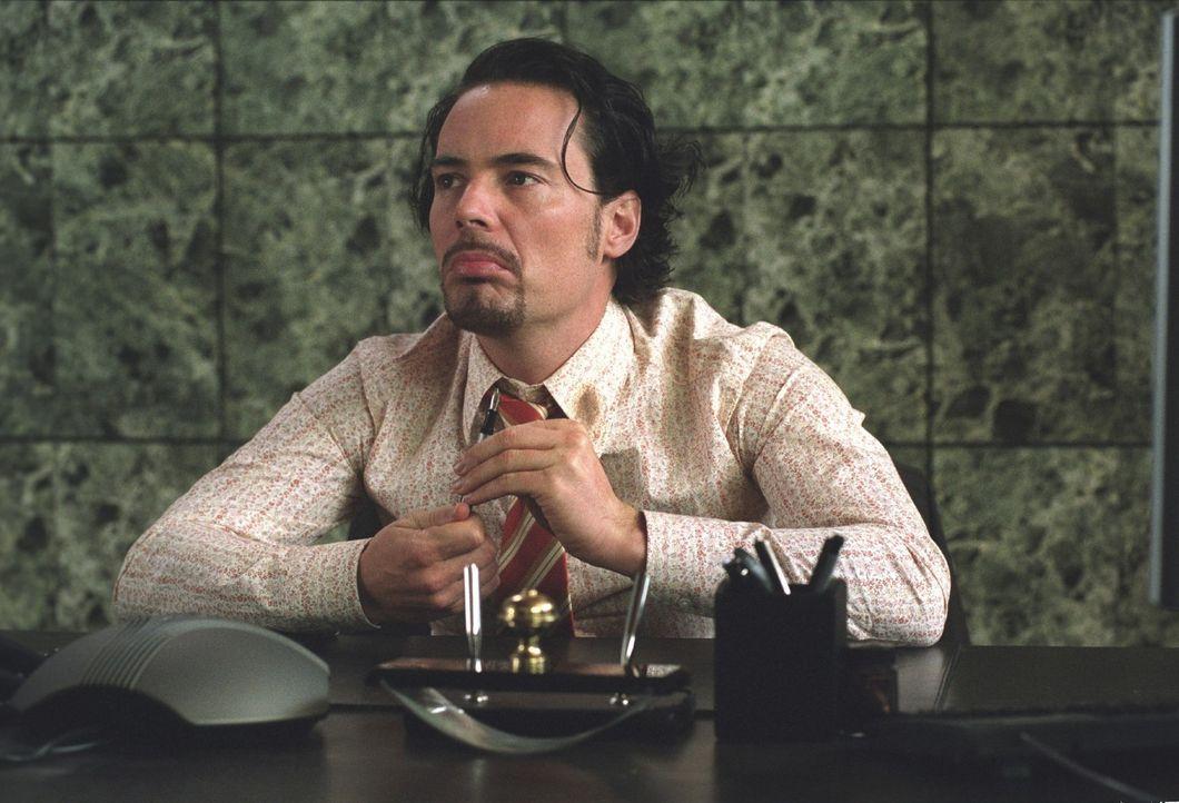 Eigentlich war er nur auf der Suche nach einem Job, um seine Freundin Leyla heiraten zu können. Nun sitzt Mehmet (John Friedmann) auf dem Chefsessel... - Bildquelle: Sat.1