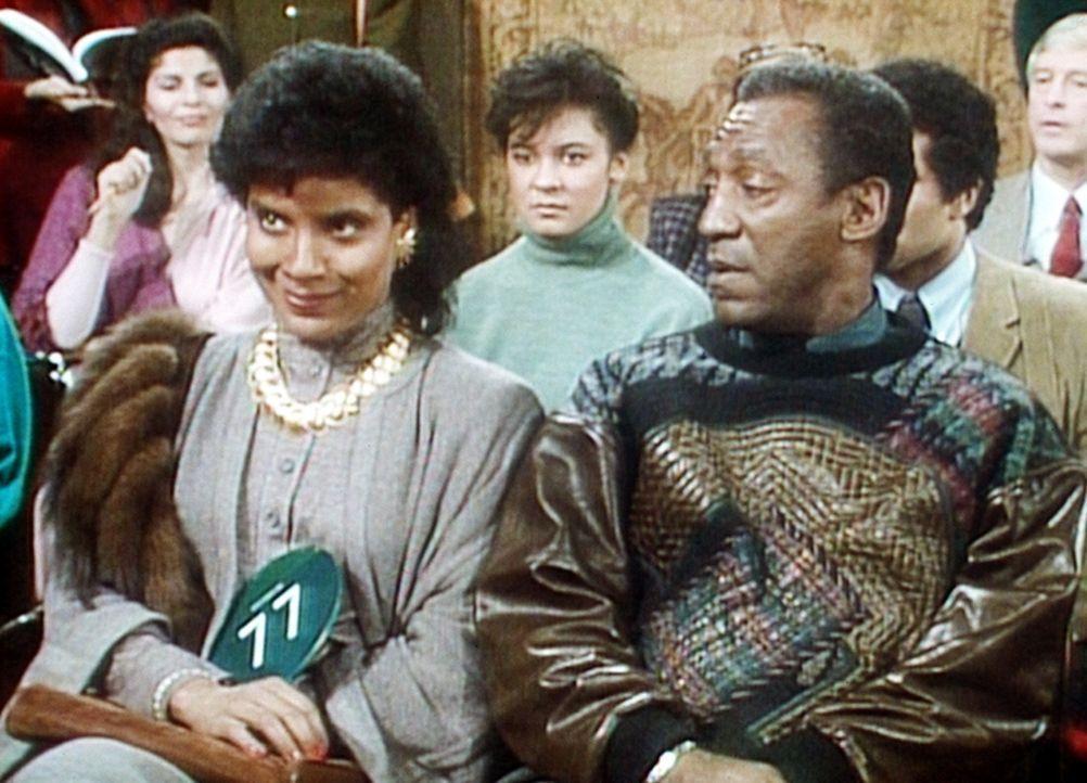 Clair (Phylicia Rashad, l.) und Cliff (Bill Cosby, r.) warten gespannt darauf, dass das Bild von Clairs Großonkel versteigert wird. - Bildquelle: Viacom