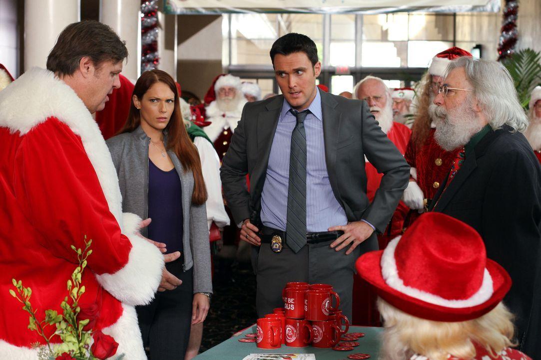 Bei den Ermittlungen in einem neuen Fall stoßen Grace (Amanda Righetti, 2.v.l.) und Wayne (Owain Yeoman, 2.v.r.) auf Santa Tony (Matt Cates, l.) und... - Bildquelle: Warner Bros. Television