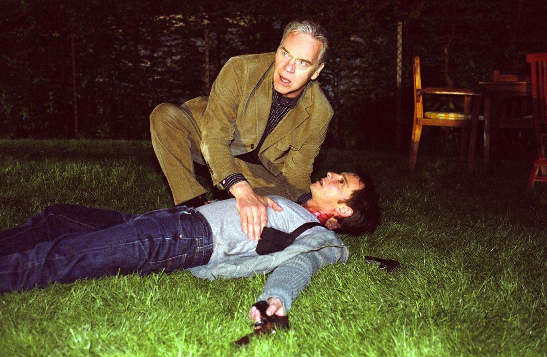 Tom (Steven Merting, vorne liegend) wurde angeschossen und ist schwer verletzt! Wolff (Jürgen Heinrich, hinten) ist schockiert: War es sein Schuss,... - Bildquelle: Claudius Pflug Sat.1