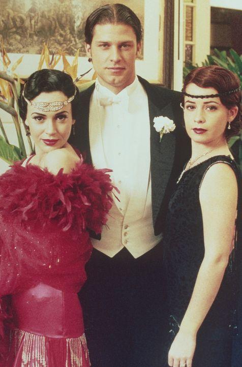 Zusammen mit ihrem damaligen Freund Anton (Tyler Christopher, M.) wollte Phoebe (Alyssa Milano, l.) ihre Cousinen, Prue und Piper (Holly Marie Combs... - Bildquelle: Paramount Pictures
