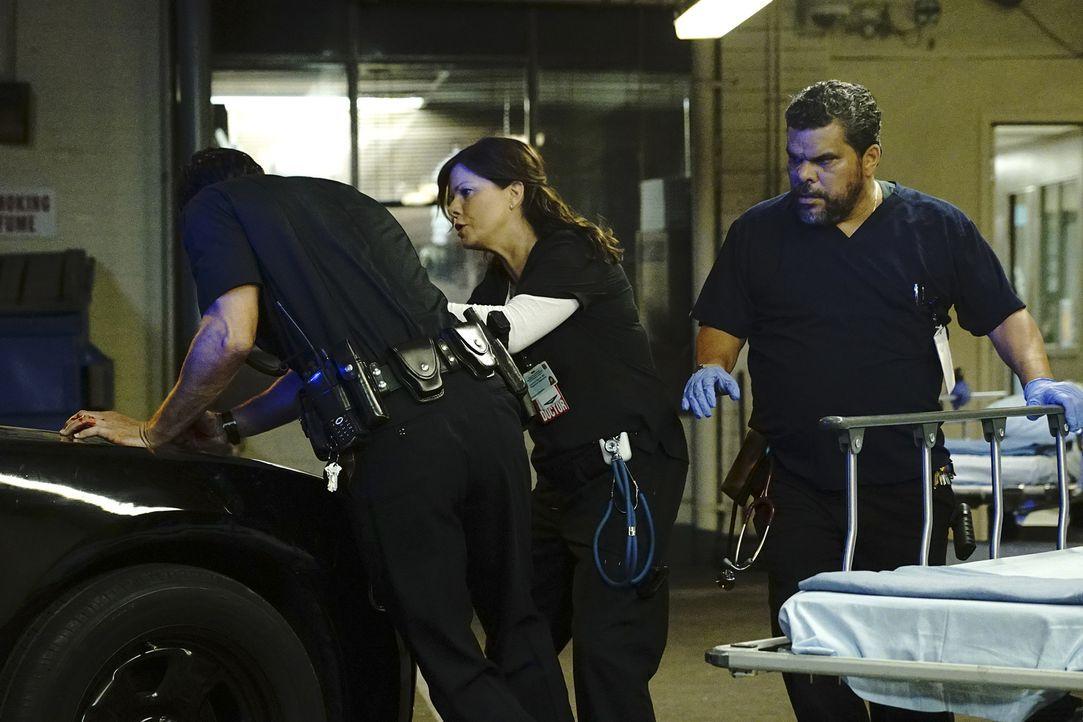 Als Polizisten und deren Angreifer nach einer Schießerei in die Notaufnahme eingeliefert werden, sind sich Leanne (Marcia Gay Harden, M.) und Jesse... - Bildquelle: Richard Cartwright 2015 American Broadcasting Companies, Inc. All rights reserved.