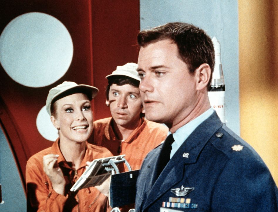 Tony (Larry Hagman, r.) trifft fast der Schlag, als Jeannie (Barbara Eden, l.) ihm eröffnet, dass sie für einen Tag die Ausbildung von Harold (Bob D... - Bildquelle: Columbia Pictures