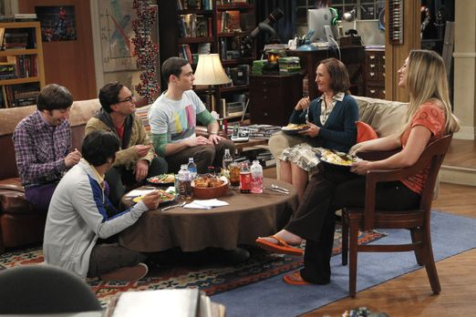 The Big Bang Theory - Sheldons (Jim Parsons, 3.v.r.) Mutter Mary (Laurie Metc...