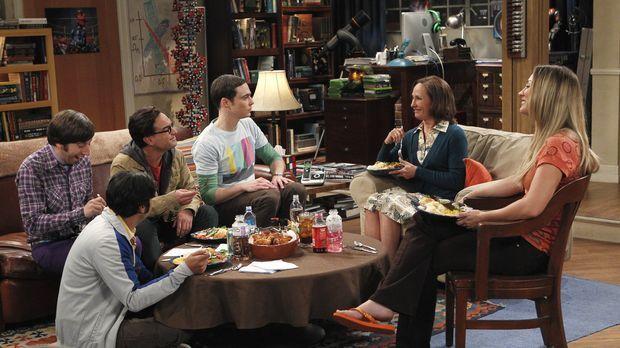 Sheldons (Jim Parsons, 3.v.r.) Mutter Mary (Laurie Metcalf, 2.v.r.) stattet i...