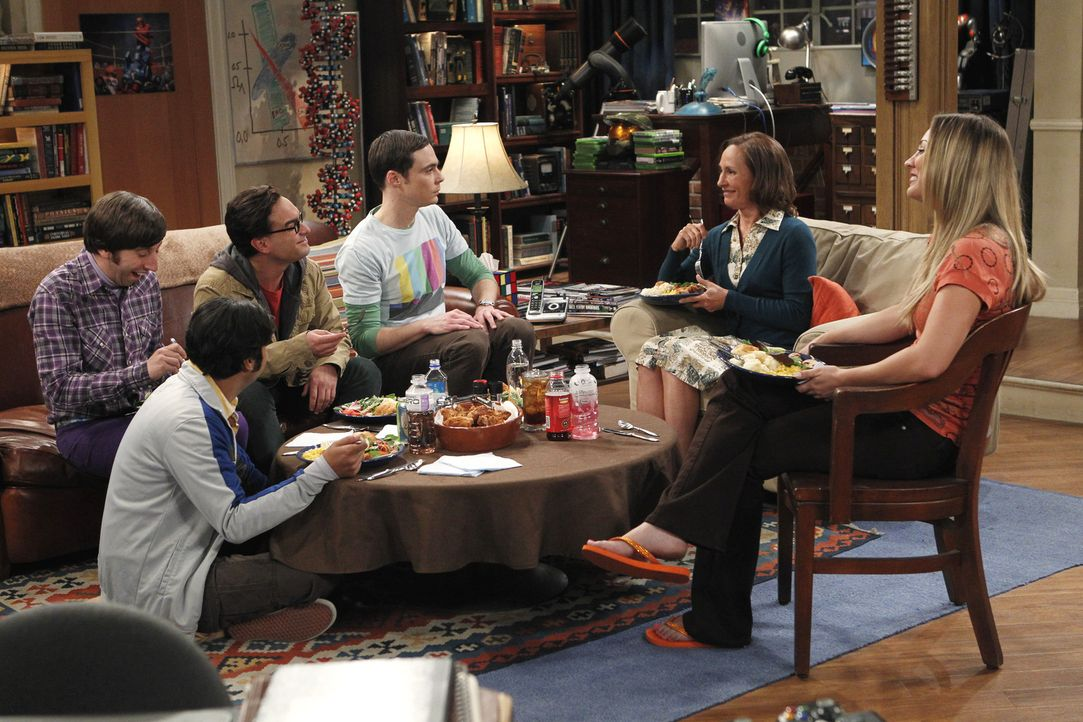 Sheldons (Jim Parsons, 3.v.r.) Mutter Mary (Laurie Metcalf, 2.v.r.) stattet ihm, Raj (Kunal Nayyar, 2.v.l.), Leonard (Johnny Galecki, 3.v.l.), Howar... - Bildquelle: Warner Bros. Television