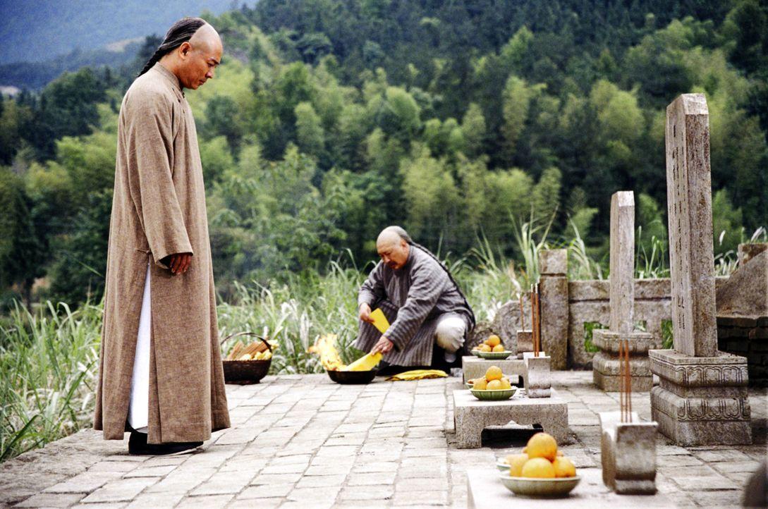 Bisher hieß Kampf für Huo Yuanjia (Jet Li, l.) nur brutale Auseinandersetzung. Als jedoch seine Familie, aufgrund seines Hochmutes getötet wird,... - Bildquelle: Constantin Film Verleih GmbH
