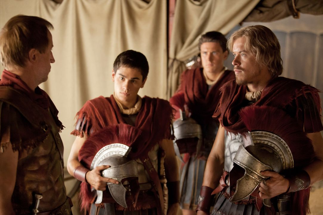 Machen sich auf, Spartacus das Fürchten zu lehren: Doch das ist für die zerstrittenen Römer Sabinius (Aaron Jakubenko, 2.v.r.), Tiberius (Christian... - Bildquelle: 2012 Starz Entertainment, LLC. All rights reserved.