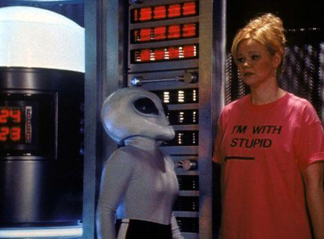 Sabrina - Hilda (Caroline Rhea, r.) ist durch ein von Sabrina gestreutes Gerü...