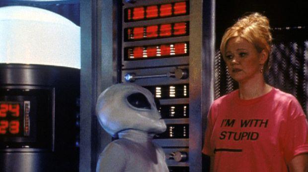Hilda (Caroline Rhea, r.) ist durch ein von Sabrina gestreutes Gerücht in ein...