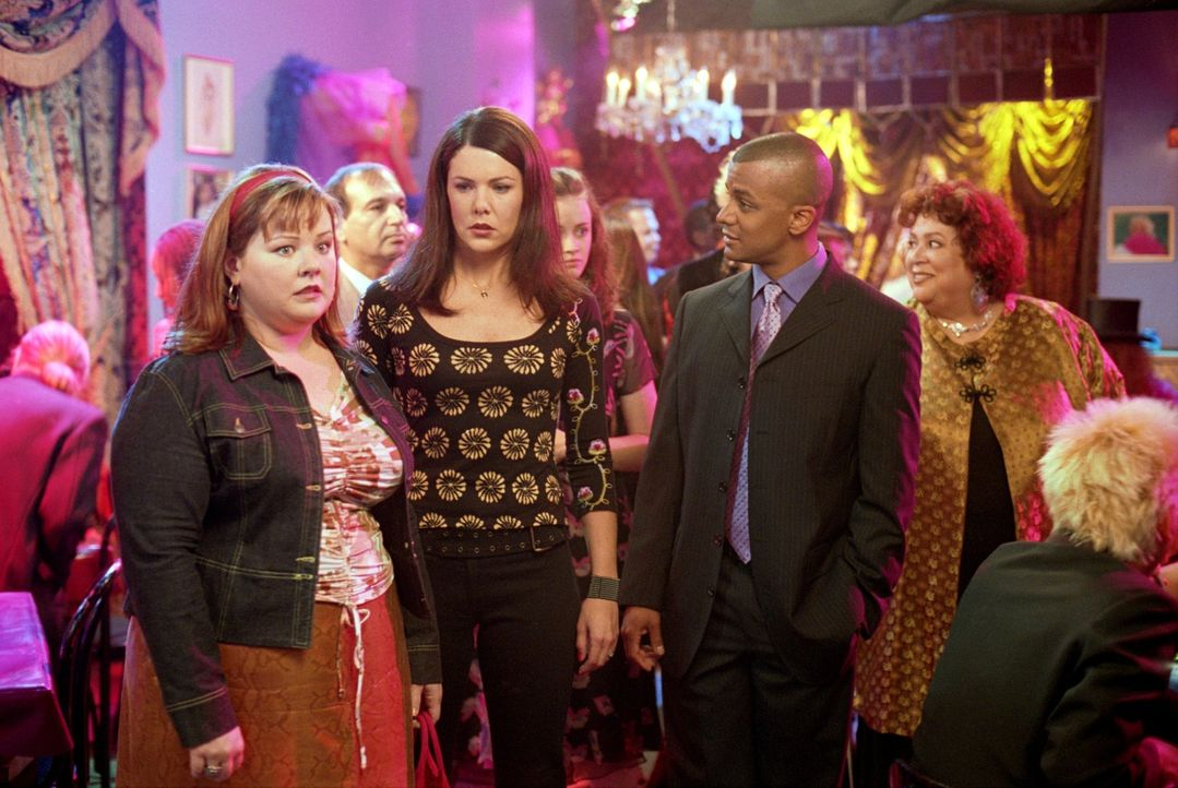 Lorelais (Lauren Graham, 2.v.l.) Junggesellenabschied verläuft anders, als von ihr gehofft. Wie werden Sookie (Melissa McCarthy, l.), Michel (Yanic... - Bildquelle: 2001 Warner Bros. Entertainment, Inc.