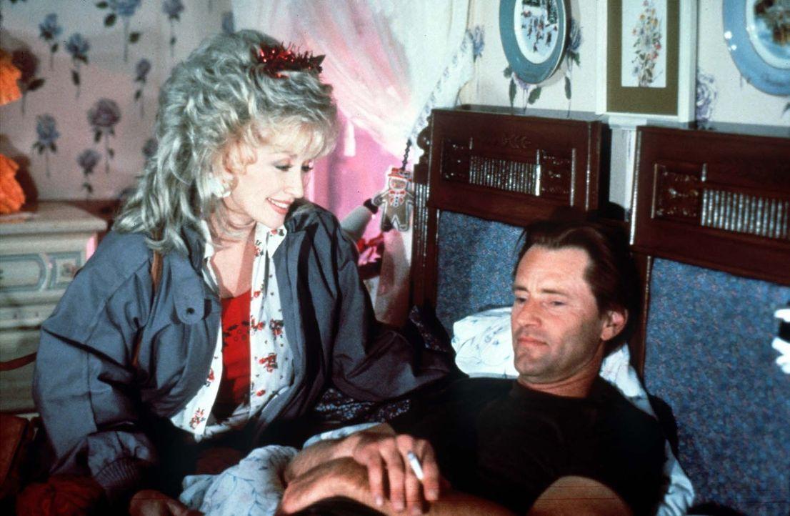 Truvy (Dolly Parton, l.) kümmert sich um ihren Mann Spud (Sam Shepard, r.). Truvy gehört der Schönheitssalon, in dem sich alle Frauen der Stadt t... - Bildquelle: TriStar Pictures