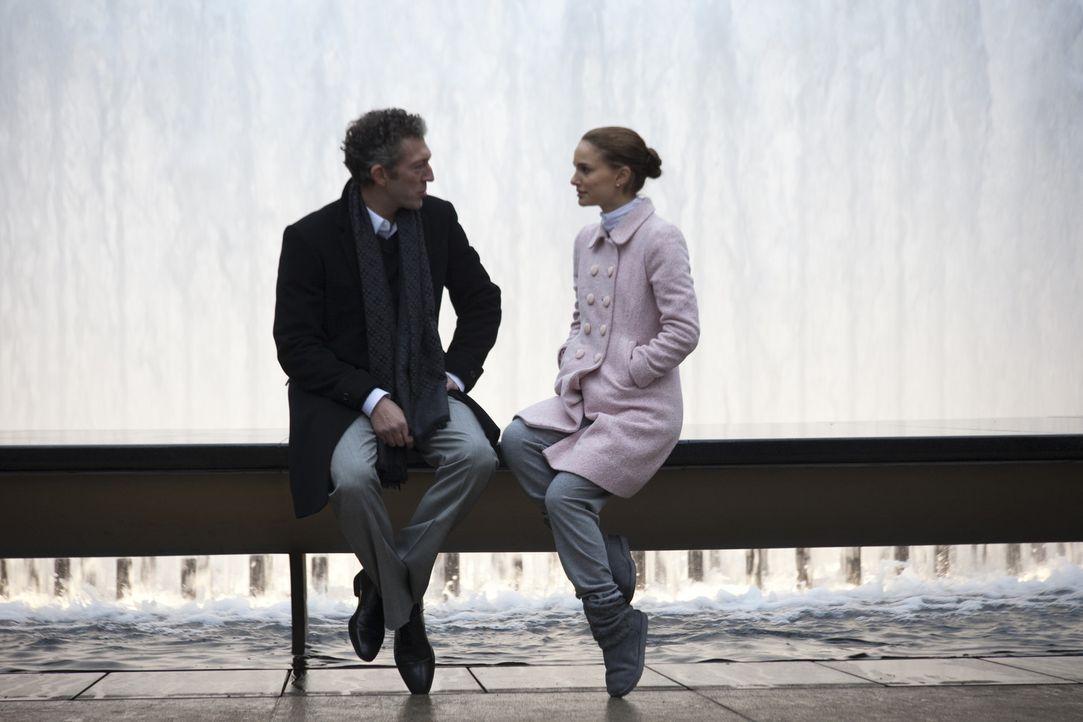 Als der Ballettdirektor Thomas Leroy (Vincent Cassel, l.) seinen bisherigen Star verstößt, bestimmt er die junge, aufstrebende Ballerina Nina (Nat... - Bildquelle: 20th Century Fox