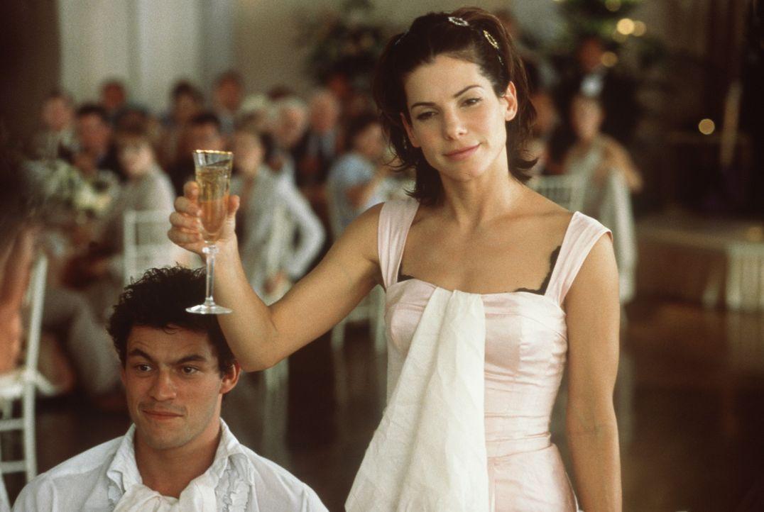 Bei der Hochzeit ihrer Schwester hat Gwen (Sandra Bullock, r.) wieder einmal einen ihrer berühmt-berüchtigten Auftritte - da fehlen sogar ihrem Fr... - Bildquelle: Columbia TriStar Film GmbH