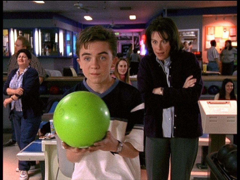 Malcolm (Frankie Muniz, M.) versucht, sich auf seinen nächsten Wurf zu konzentrieren, obwohl Lois (Jane Kaczmarek, r.) ihm im Nacken sitzt. - Bildquelle: TM +   2000 Twentieth Century Fox Film Corporation. All Rights Reserved.