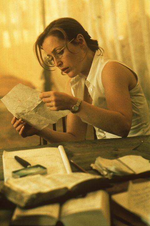 Scully (Gillian Anderson) beschäftigt sich an der Elfenbeinküste mit einem am Strand liegenden Raumschiff und macht dabei eine seltsame Entdeckung .... - Bildquelle: TM +   2000 Twentieth Century Fox Film Corporation. All Rights Reserved.
