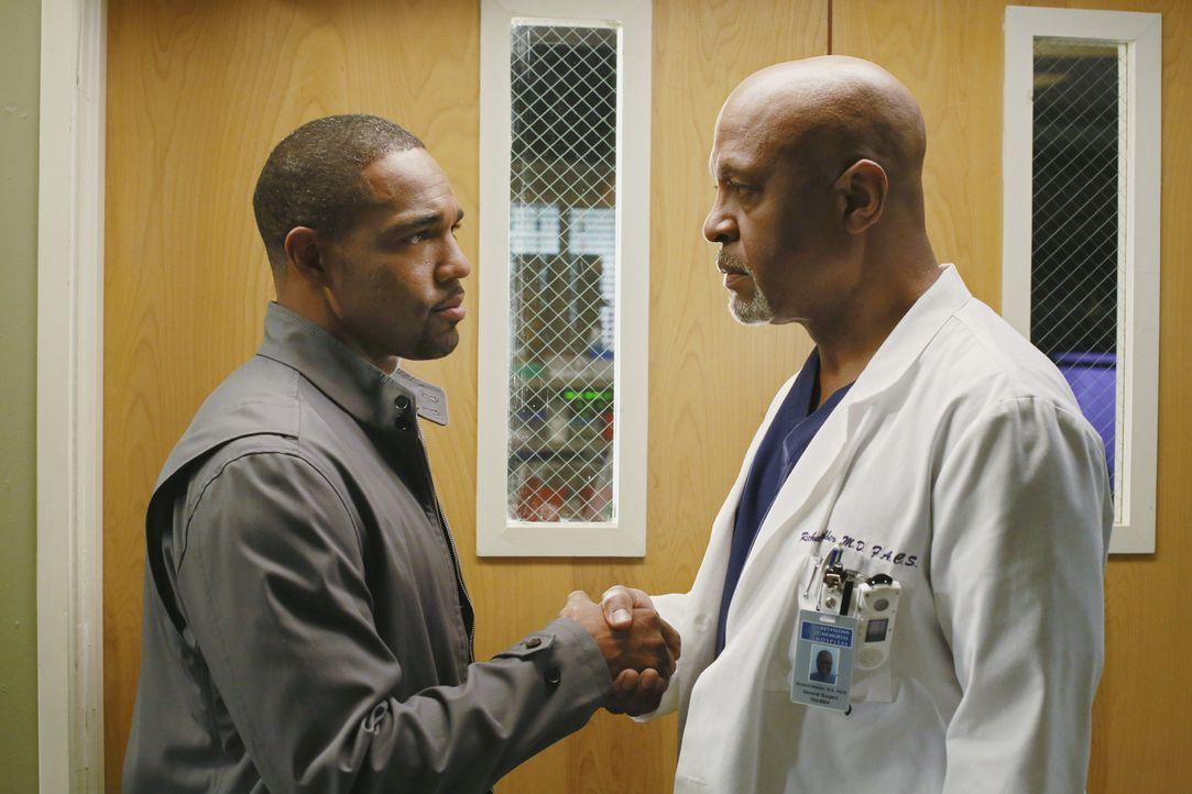 Webber (James Pickens Jr., r.) ruft Baileys Mann Ben (Jason George, l.) an, in der Hoffnung, dass er sie zum Reden zu bringen kann ... - Bildquelle: ABC Studios