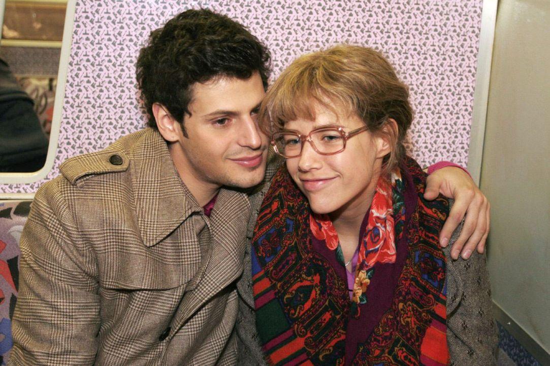 Lisa (Alexandra Neldel, r.) und Rokko (Manuel Cortez, l.) sitzen gemeinsam in der S-Banh und langsam beginnt Lisa, ihr Herz Rokko zu öffnen. (Diese... - Bildquelle: Noreen Flynn Sat.1