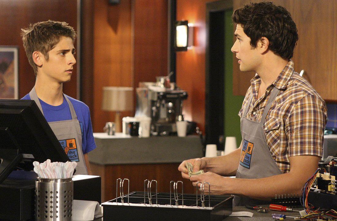 Obwohl es Kyle (Matt Dallas, r.) gelingt, den Dieb ausfindig zu machen, kann er Josh (Jean-Luc Bilodeau, l.) keine Beweise liefern ... - Bildquelle: TOUCHSTONE TELEVISION