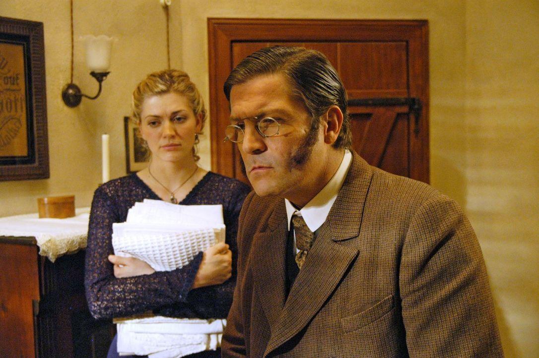 Dr. Ledermann (Francis Fulton-Smith, r.) stellt fest, dass Anna sehr geschwächt ist und verordnet ihr ein paar Tage strenge Bettruhe. Friederike Gra... - Bildquelle: Aki Pfeiffer Sat.1