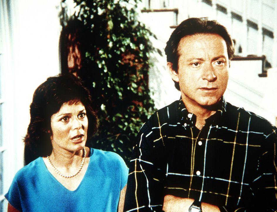Obwohl Todds leibliche Eltern sich nie um ihren Sohn kümmern, wollen Dr. Bryant (James Sloyan, r.) und Lauren (Sheila Larken, l.) ihren Sohn nicht... - Bildquelle: Worldvision Enterprises, Inc.