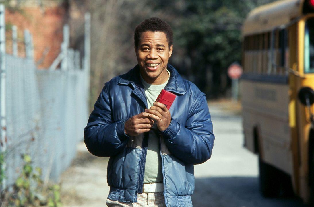 Zwar ist es dem behinderten jungen Mann, den alle Radio nennen (Cuba Gooding jr.), nicht erlaubt, im Schulbus mitzufahren, doch es macht ihm nichts... - Bildquelle: 2004 Sony Pictures Television International. All Rights Reserved.