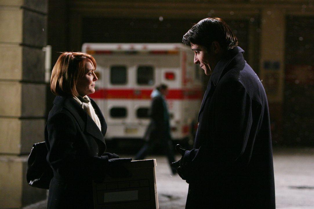 Dr. Luka Kovac (Goran Visnjic, r.) verabschiedet sich von Dr. Kerry Weaver (Laura Innes, l.) ... - Bildquelle: Warner Bros. Television