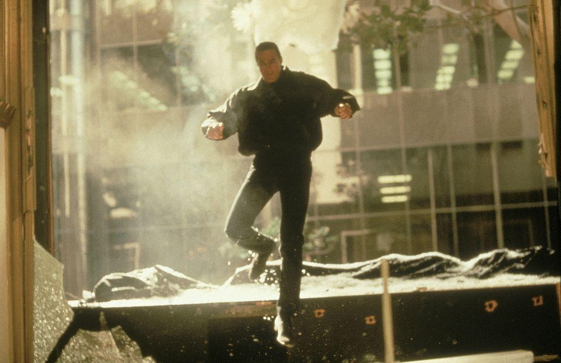 Einmal ein Cop, immer ein Cop: Nachdem seine Nichte schwer verletzt wird, nimmt Hatcher (Steven Seagal) den gefährlichen Kampf gegen die Drogengangs... - Bildquelle: 1990 Twentieth Century Fox Film Corporation.