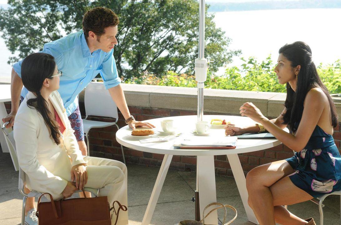 Evan R. Lawson (Paulo Costanzo, M.) platzt mitten in das Bewerbungsgespräch zwischen Divya Katdare (Reshma Shetty, r.) und Alice Lim (Jennifer Lim,... - Bildquelle: Universal Studios