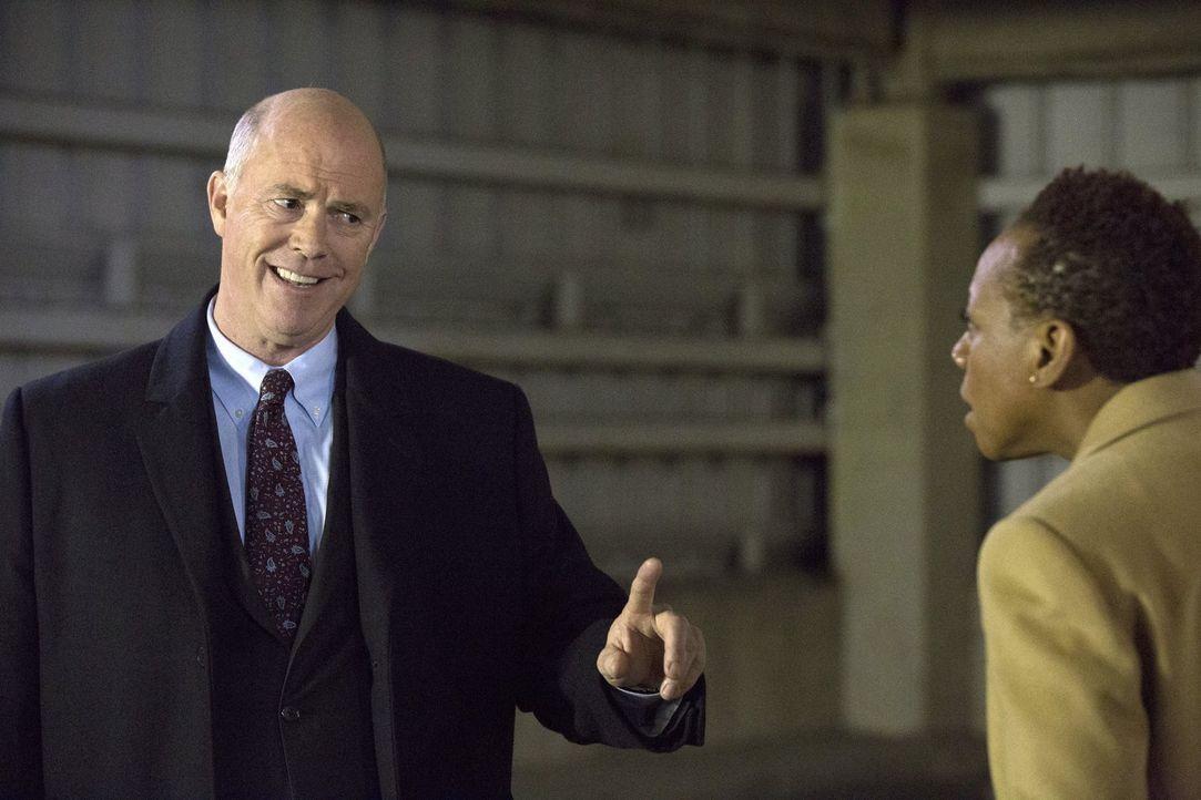 Noch ahnt FBI-Vizechefin Mayfair (Marianne Jean-Baptiste, r.) nicht, dass CIA-Vizedirektor Carter (Michael Gaston, l.) sie schon bald von seinen Han... - Bildquelle: Warner Brothers