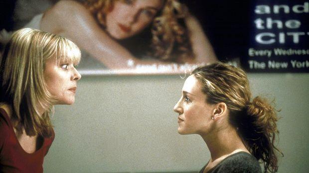Während Samantha (Kim Catrall, l.) Carries (Sarah Jessica Parker, r.) Werbepo...