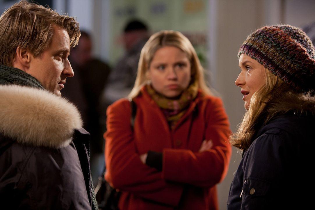 Während sich David (Max von Pufendorf, l.) und Nina (Stefanie Stappenbeck, r.) große Sorgen um Adrian machen, lehnt seine Verlobte, Manuela (Carol... - Bildquelle: Conny Klein SAT.1