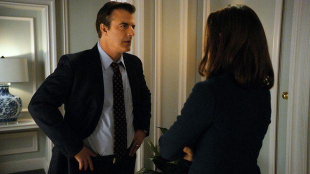 Alicia (Julianna Margulies, r.) teilt Peter (Chris Noth, l.) mit, dass sie si...
