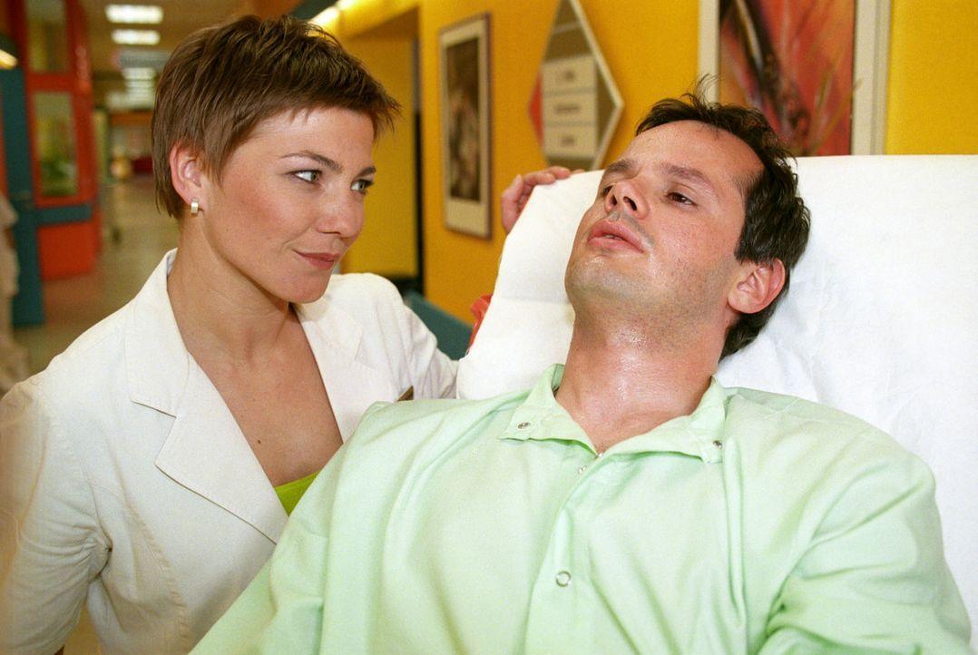 Stephanie (Claudia Schmutzler, l.) findet vor dem Klinikeingang den verletzen Teddy Friedländer (Marco Hofschneider, r.), der behauptet, der Sohn vo... - Bildquelle: Noreen Flynn Sat.1