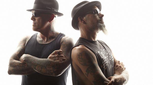 Die Tattoo-Spezialisten Dirk (l.) und Ruckus (r.) werden mit einem Model konf...