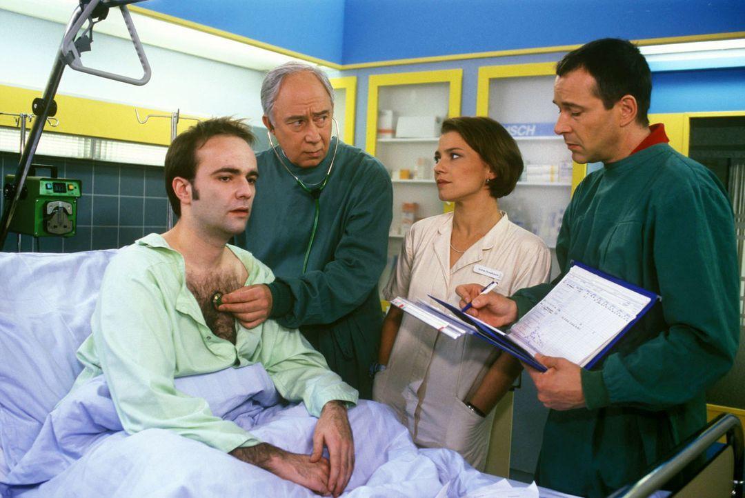 Gerald Langer (Alexander Geringas, l.) ist fast im Pool ertrunken. Im Krankenhaus stellt sich heraus, dass er schwer herzkrank ist. Dr. Stein (Chris... - Bildquelle: Noreen Flynn Sat.1