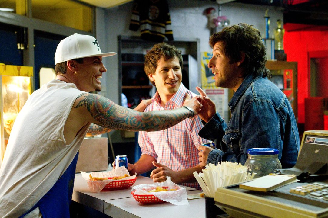 Todd (Andy Samberg, M.) ist erstaunt darüber, dass sein Vater Donny (Adam Sandler, r.), der viel cooler ist, als er dachte, sogar den Rapper Vanilla... - Bildquelle: 2012 Columbia Pictures Industries, Inc. All Rights Reserved.