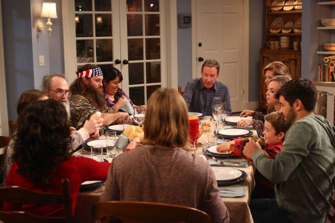Familienessen oder Familienrat? Mike (Tim Allen, M.) liebt es, wenn alle seine Familienmitglieder um ihn versammelt sind ... - Bildquelle: 2013-2014 Twentieth Century Fox Film Corporation. All rights reserved.